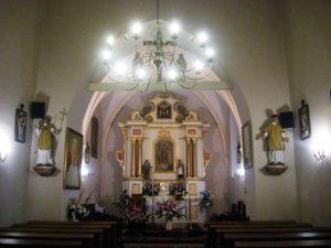 Nawa i prezbiterium z ołtarzem głównym