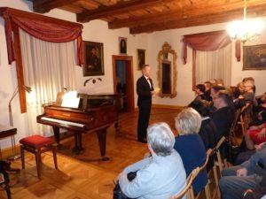 Przed publicznością dyrektor MZW (foto Archiwum Muzeum)