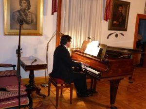 Przy fortepianie Wiktor Szymajda (foto Archiwum Muzeum)